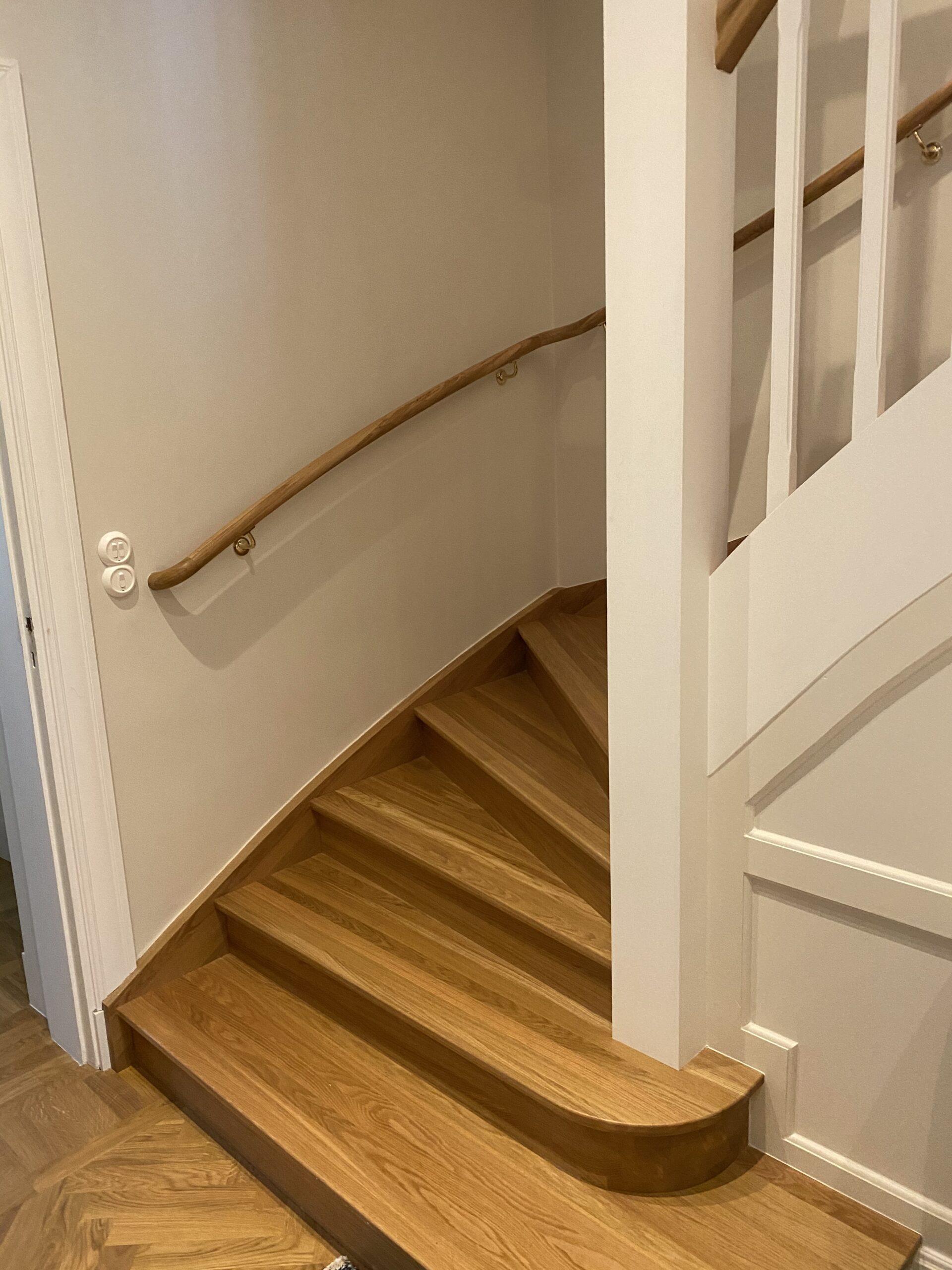 trappavsats, trappa i trä med vita detaljer