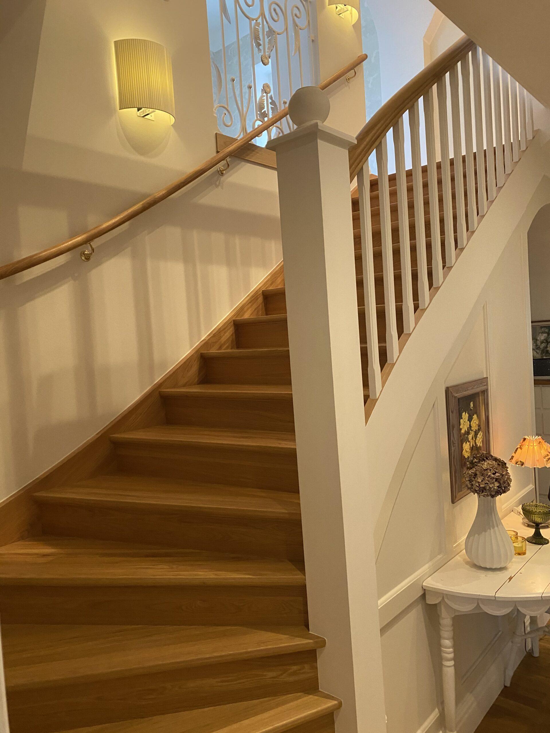 trappa i trä, vitt staket och träräcke