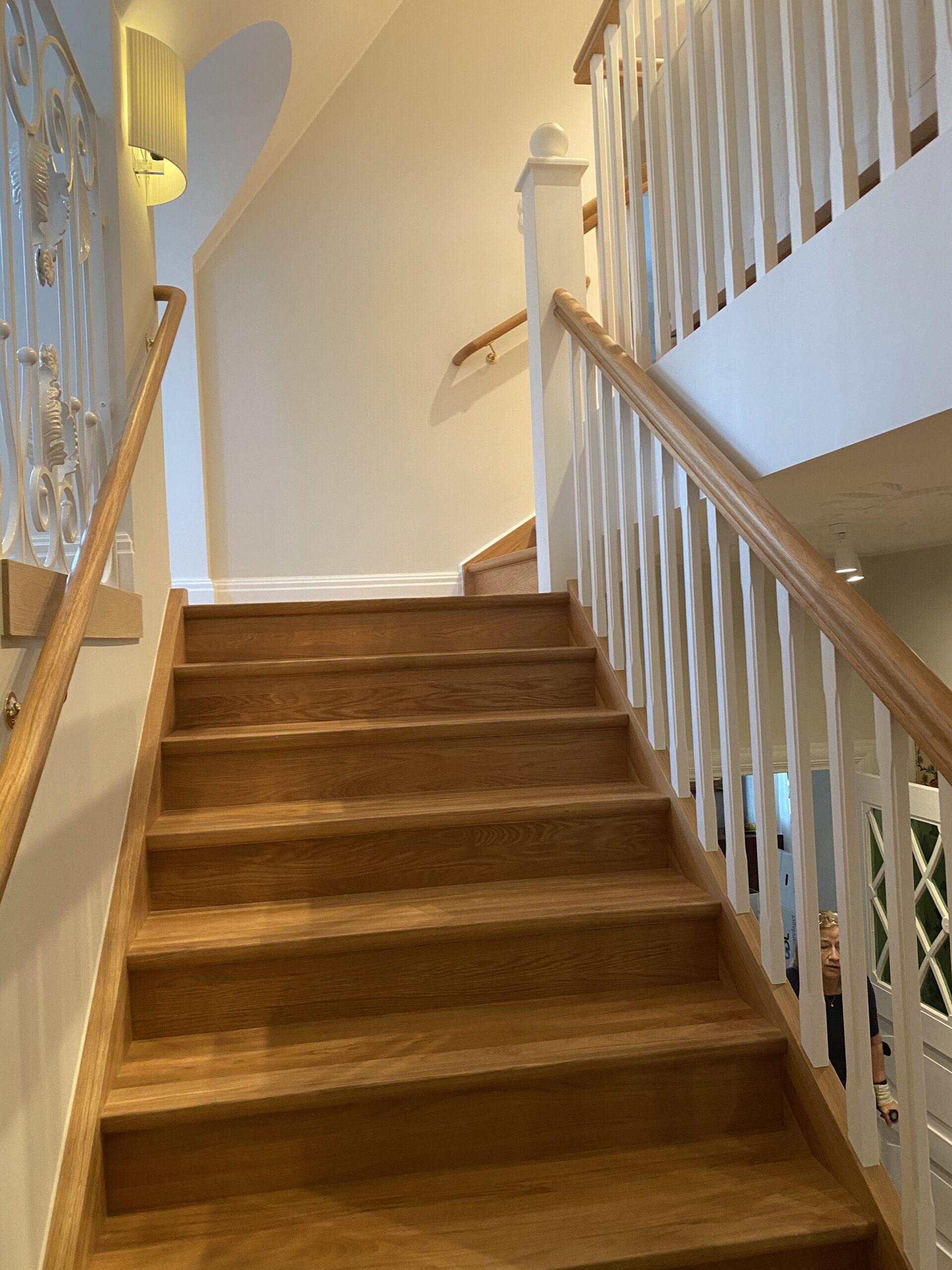 modern trätrappa med vitt räcke