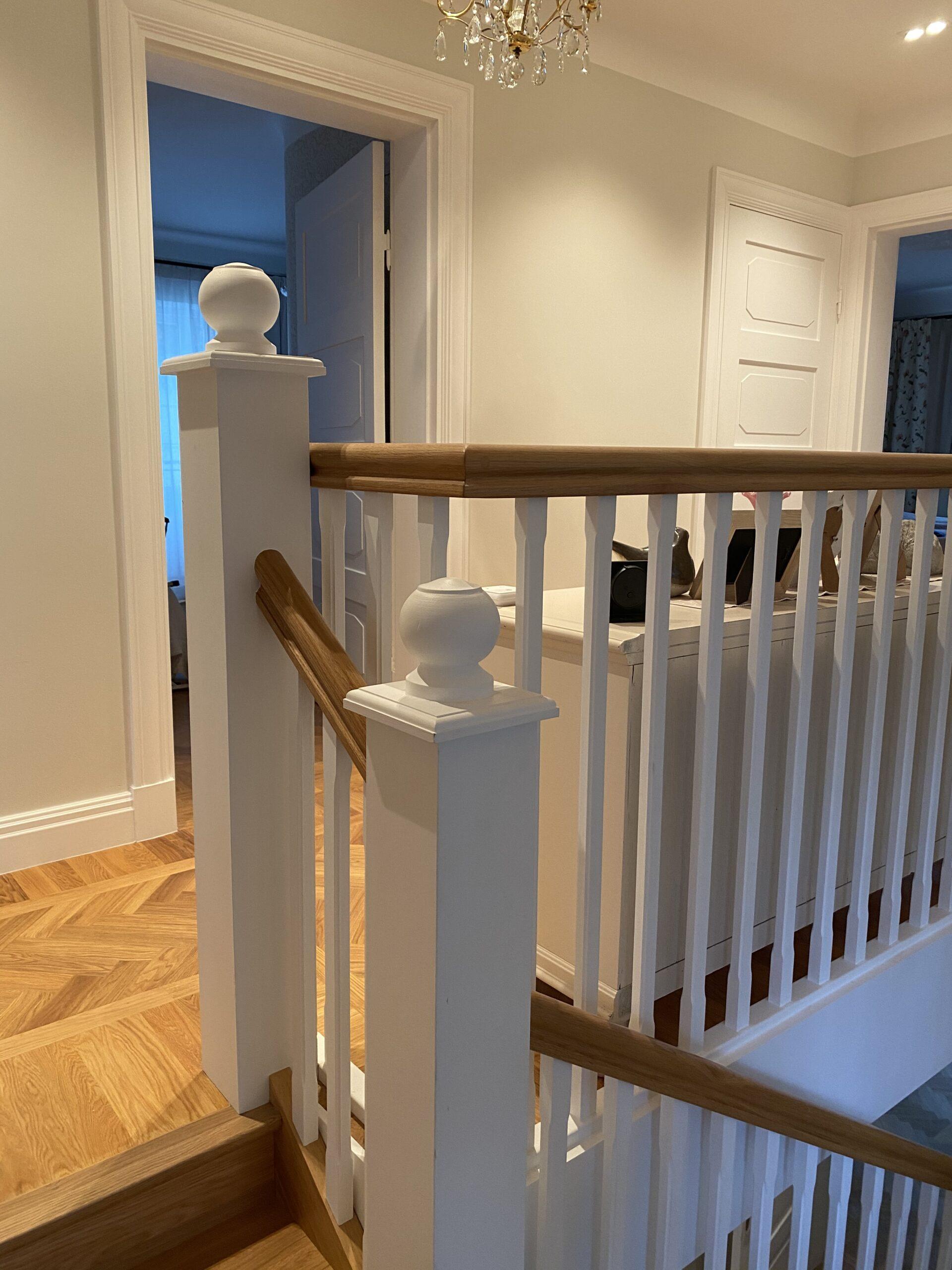 vit trappa med trä detaljer