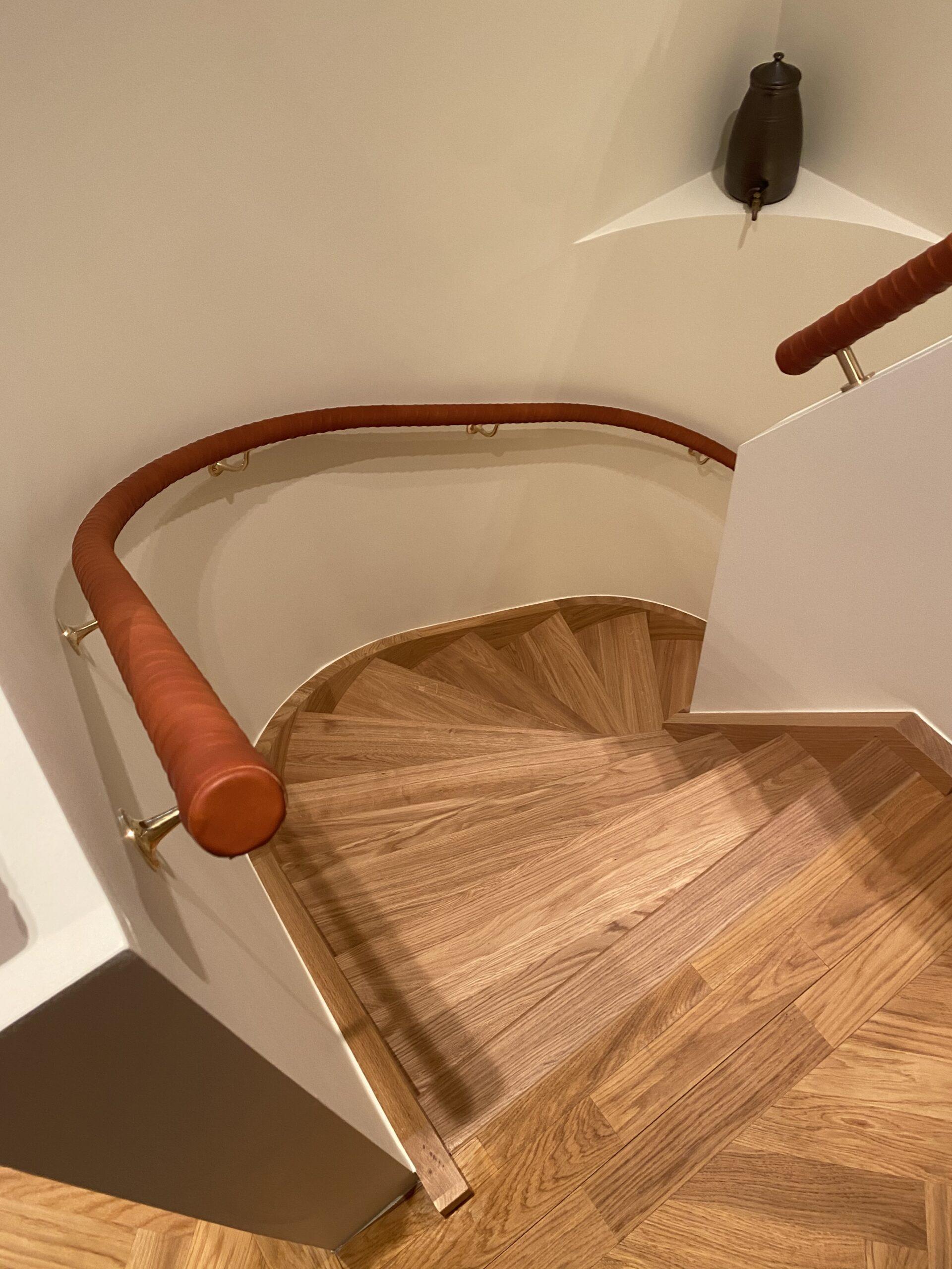 parkett trappa svängd med träräcke