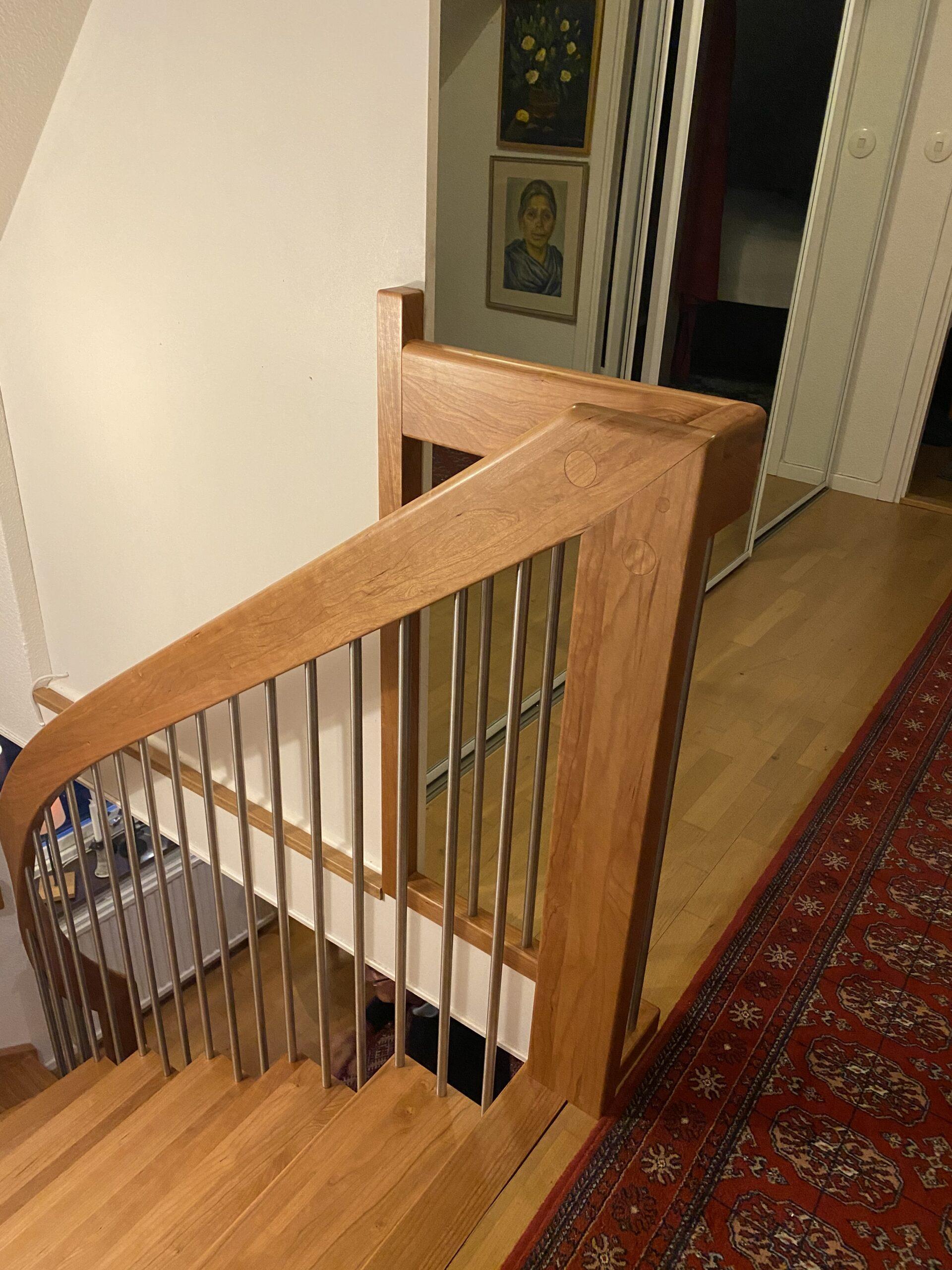 träräcke till modern trappa
