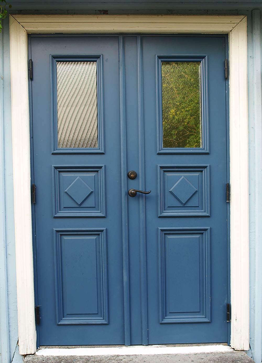 En blå ytterdörr.
