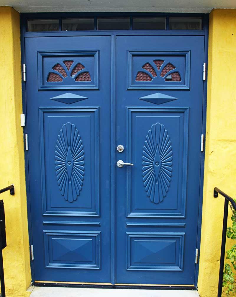 Blå ytterdörr.