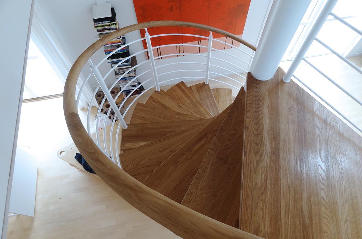 En spiraltrappa i trä inomhus.