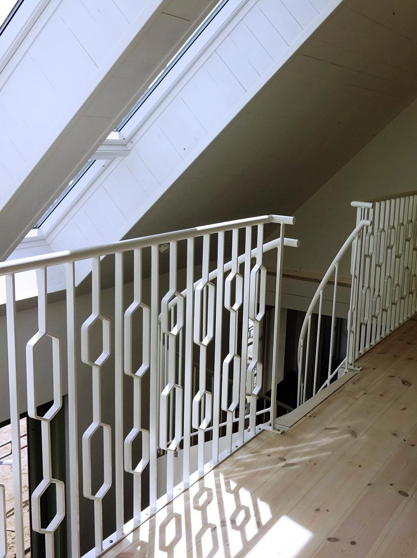 En ståltrappa med stålräcke.
