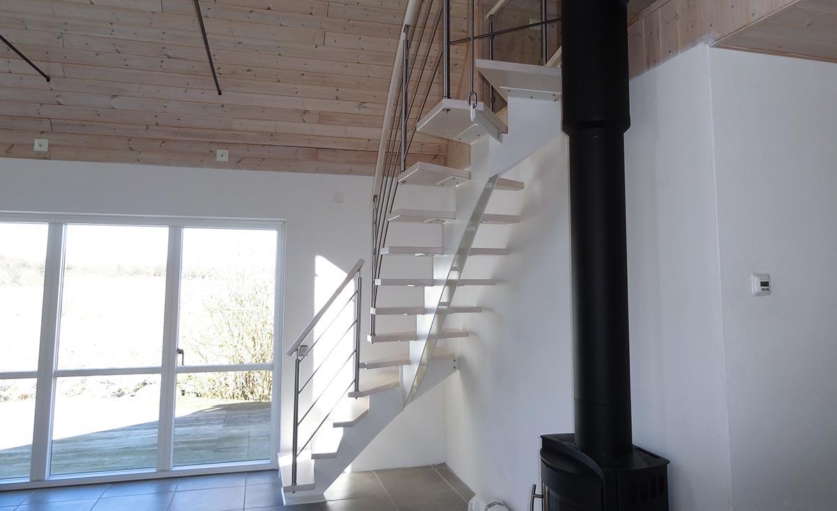 En ståltrappa inomhus.