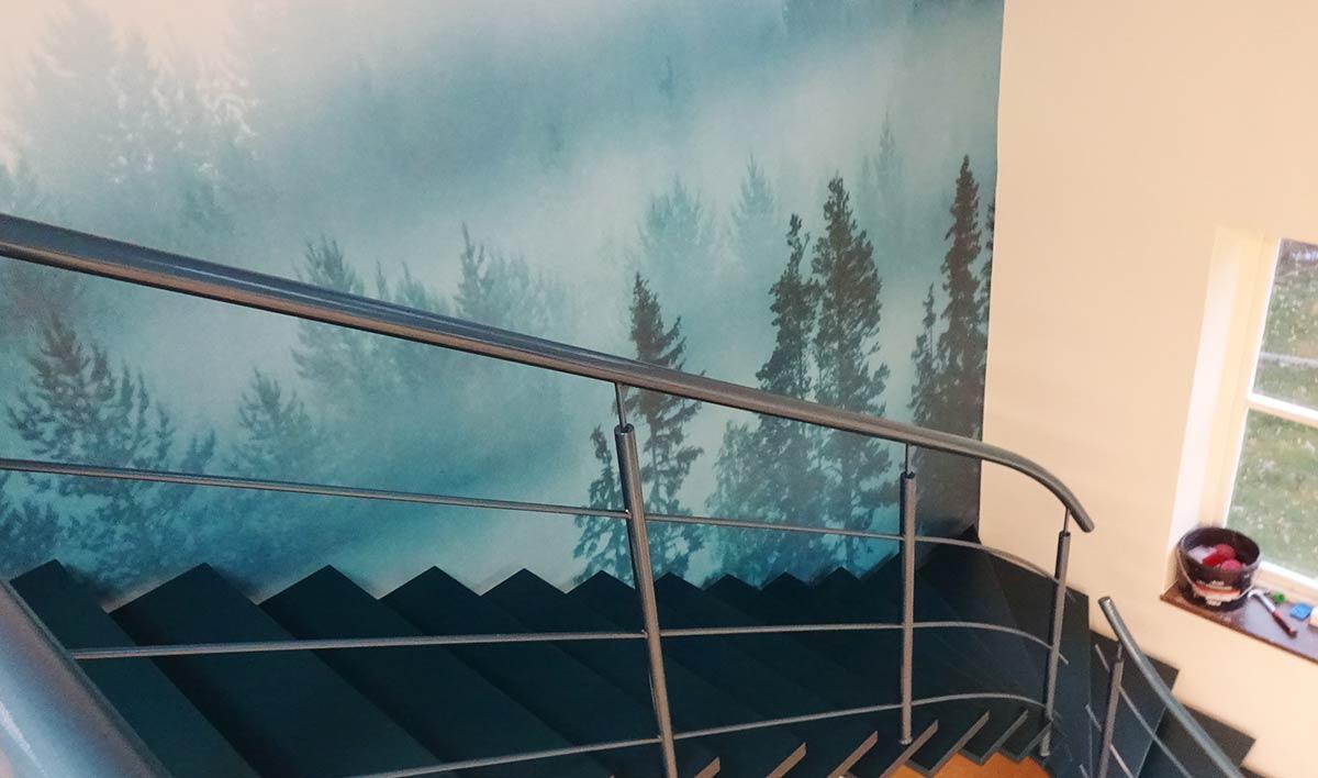 En trappa av stål inomhus.