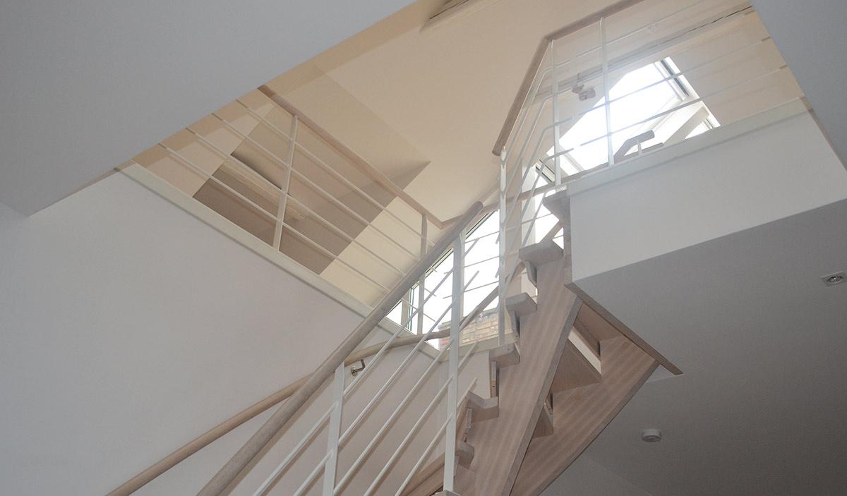En trätrappa i ask inomhus.