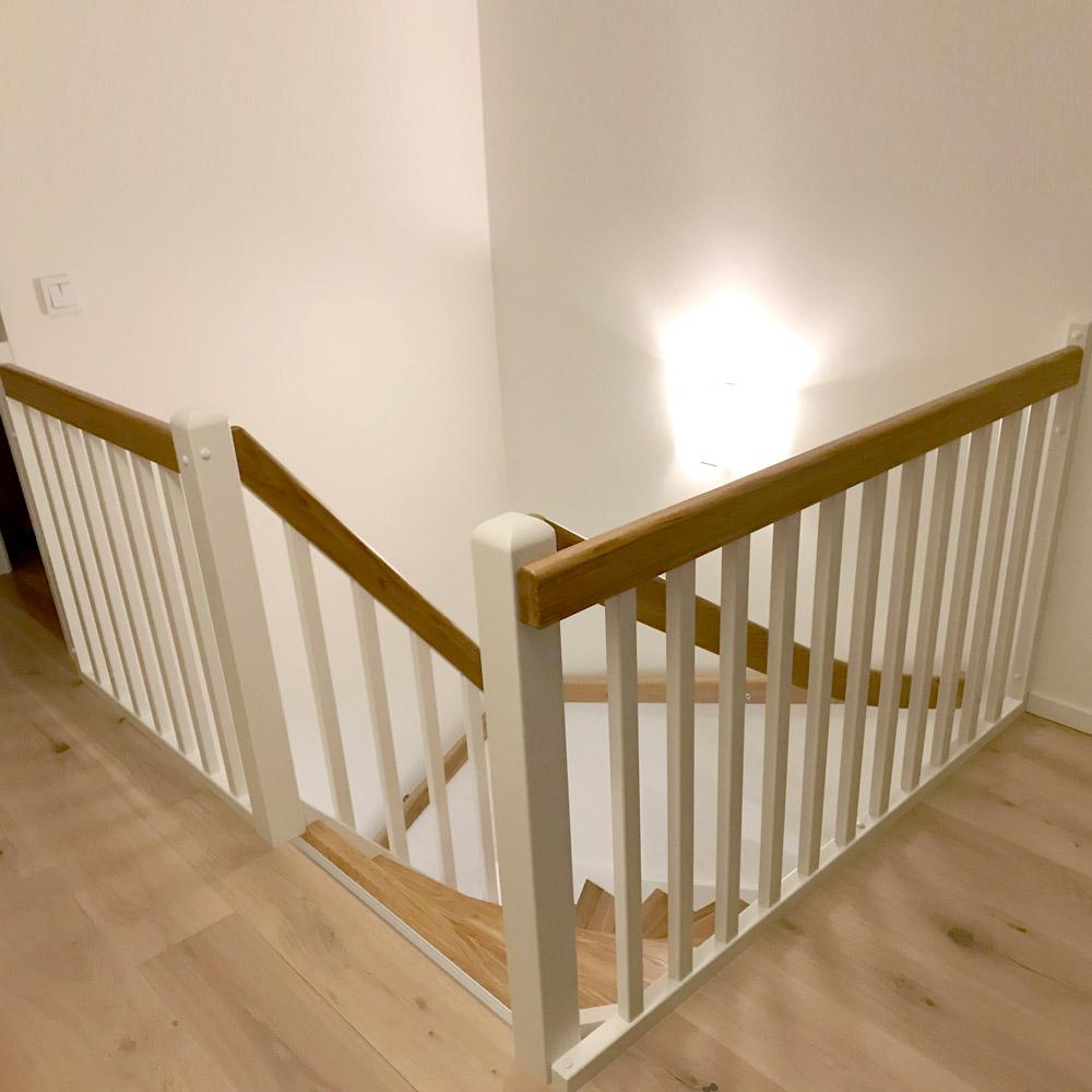 vitt räcke, trähandag och trappa i trä