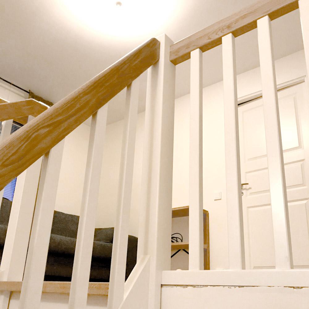 vitt räcke till trappa och reling i trä