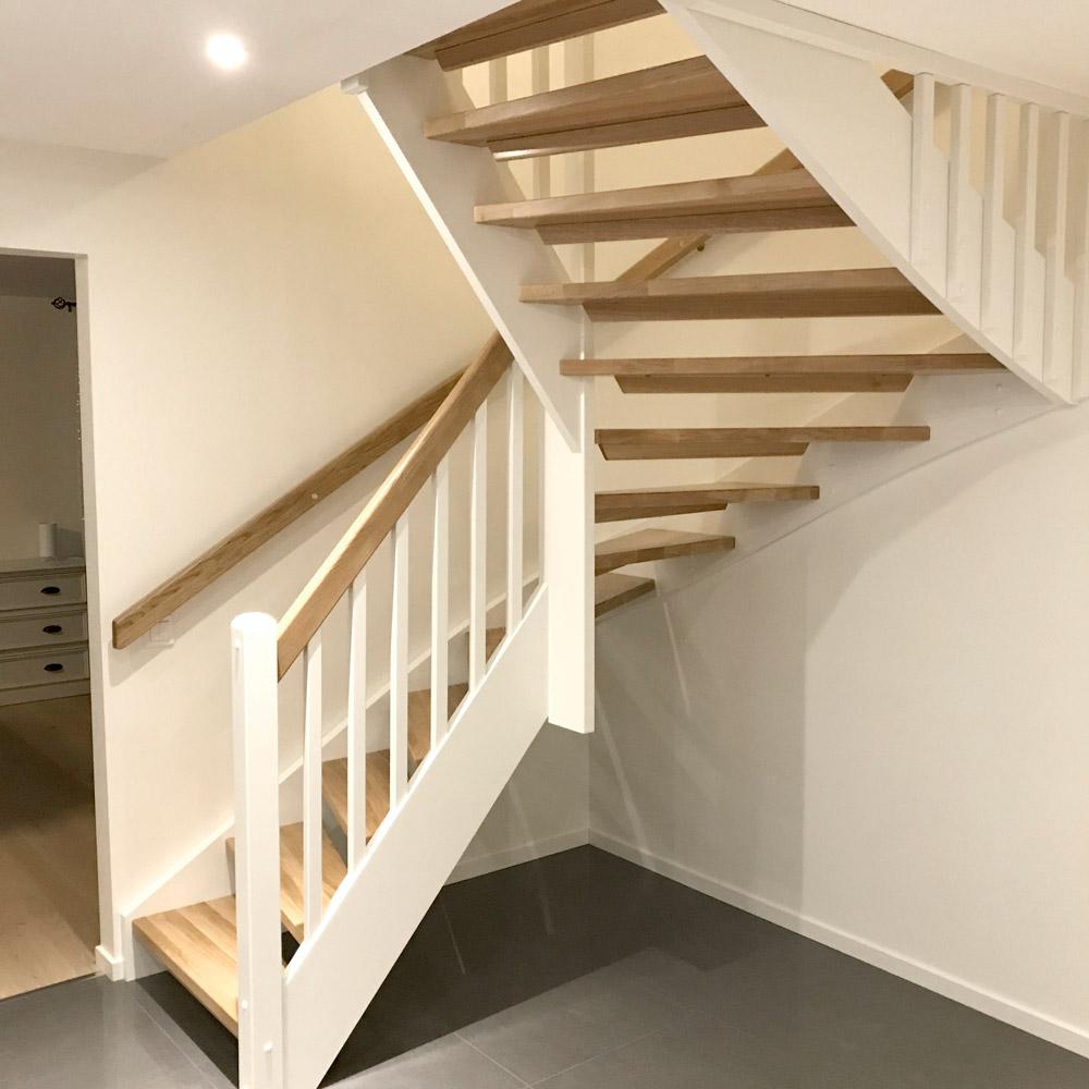svängd trappa - trästeg och vita detaljer
