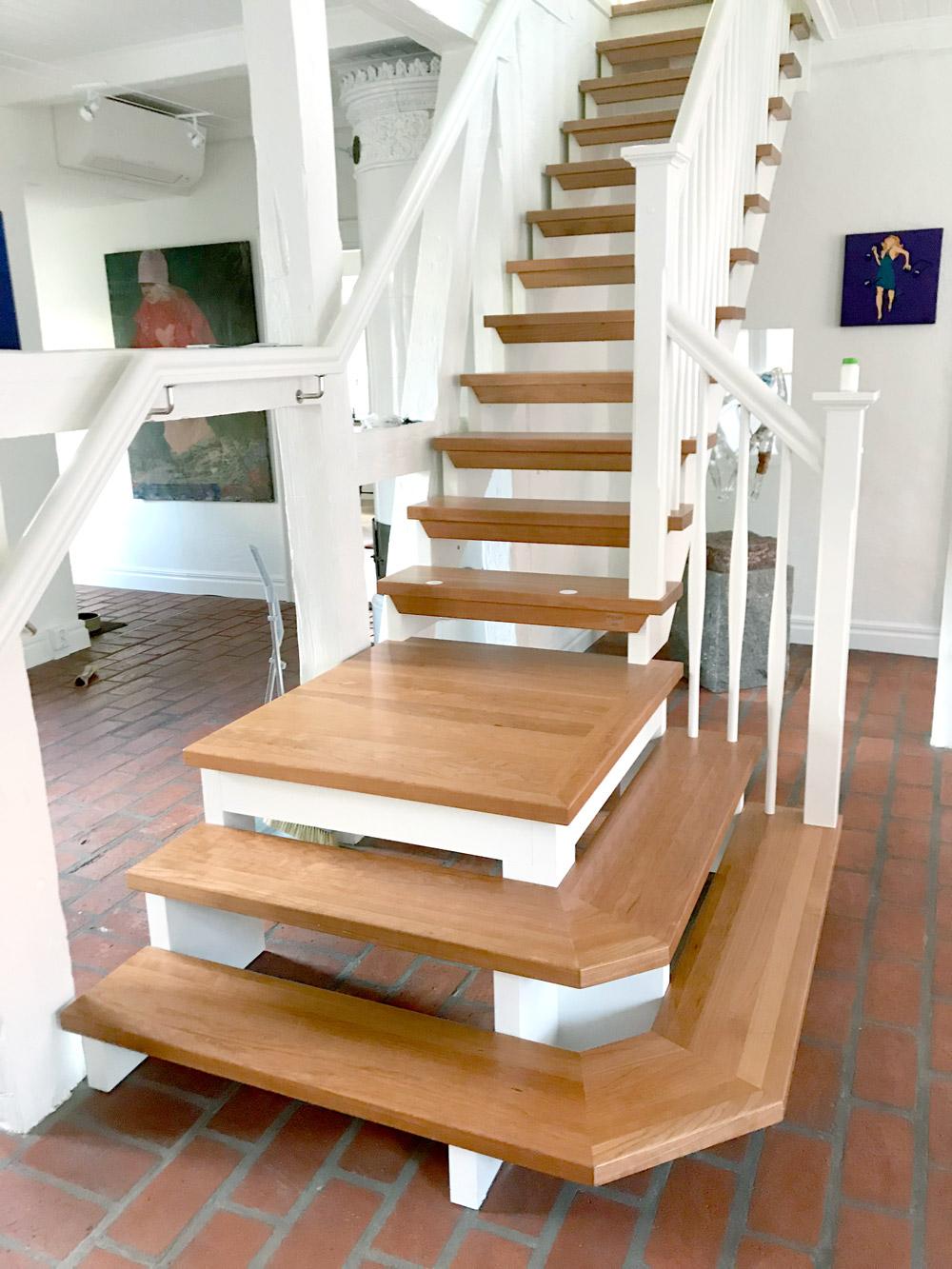 trappa med platå och steg i trä och vitt räcke