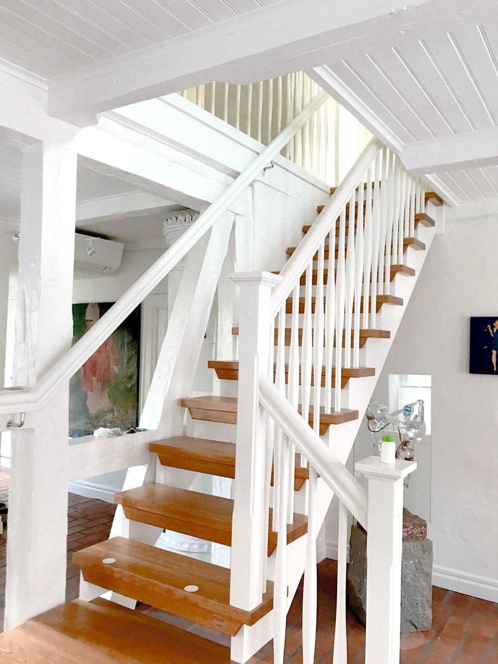 rak trappa med steg i trä och vitt räcke