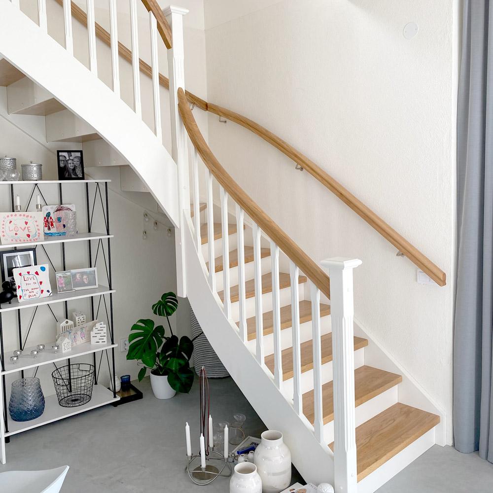 trappa - vitt räcke med vit ledstång, ljust trä på stegen
