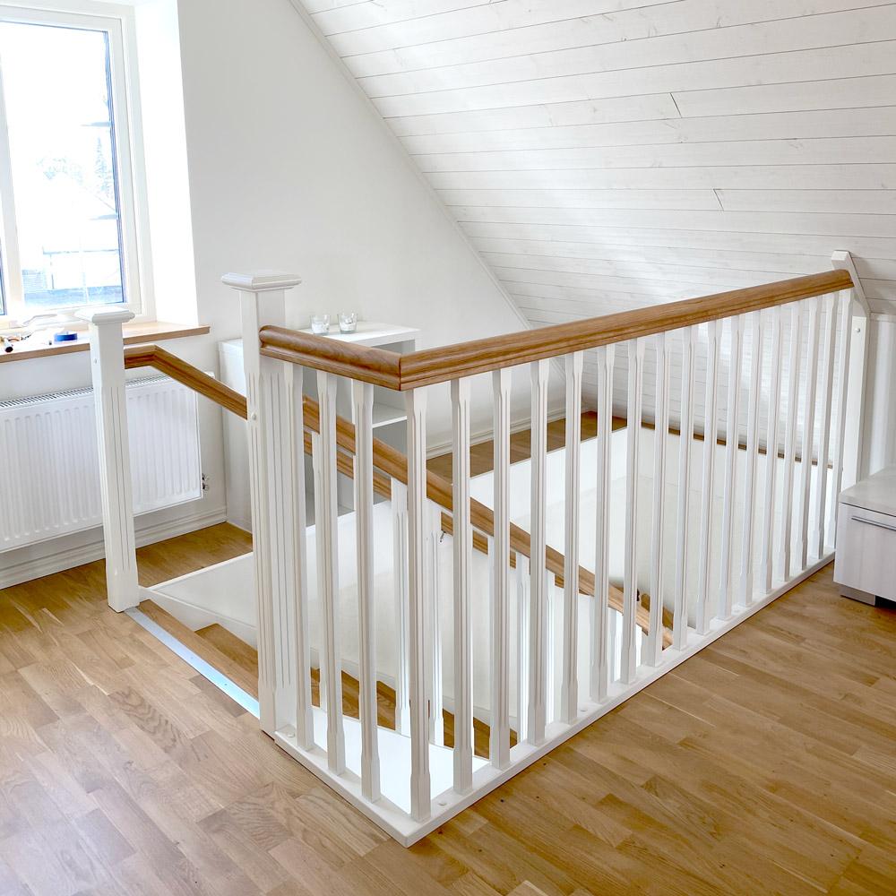 Vi bygger trappor - trappsats från parektt som har med vitt staket och träreling