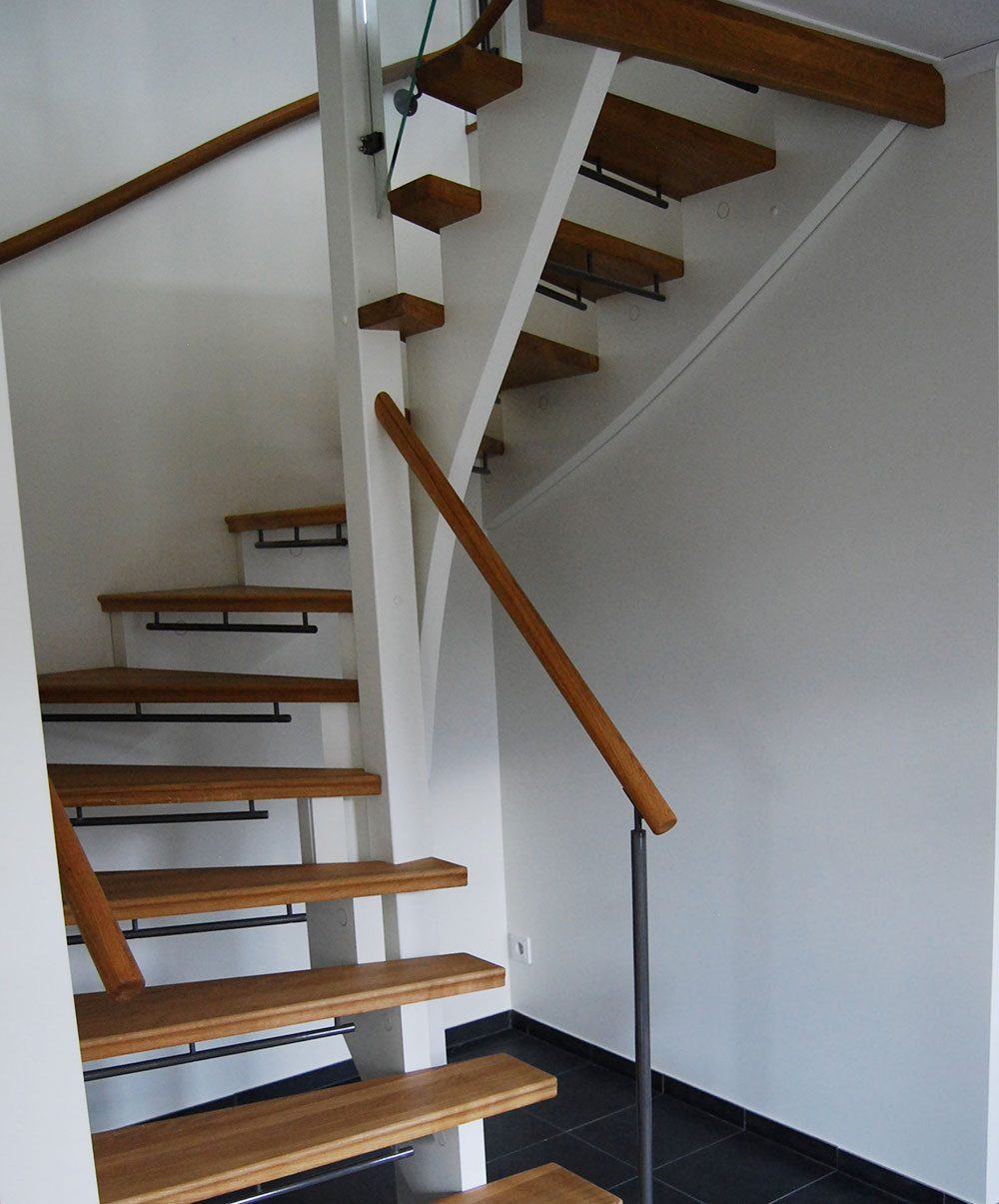 En vit trappa inomhus med trappsteg i ek.