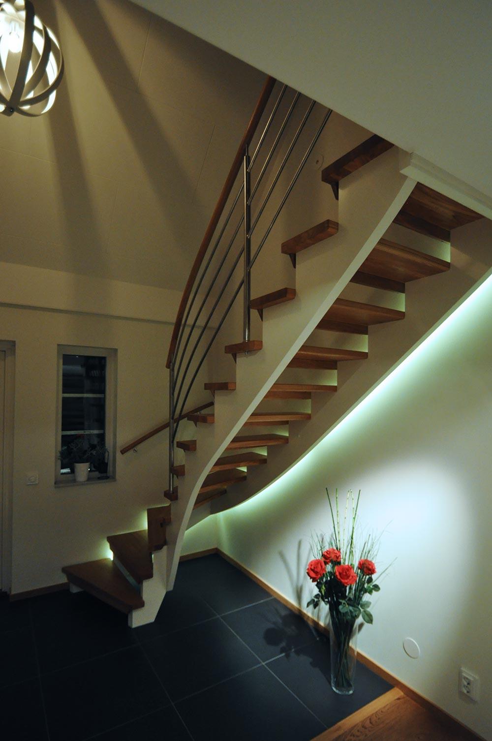 En vit trappa med trappbelysning.