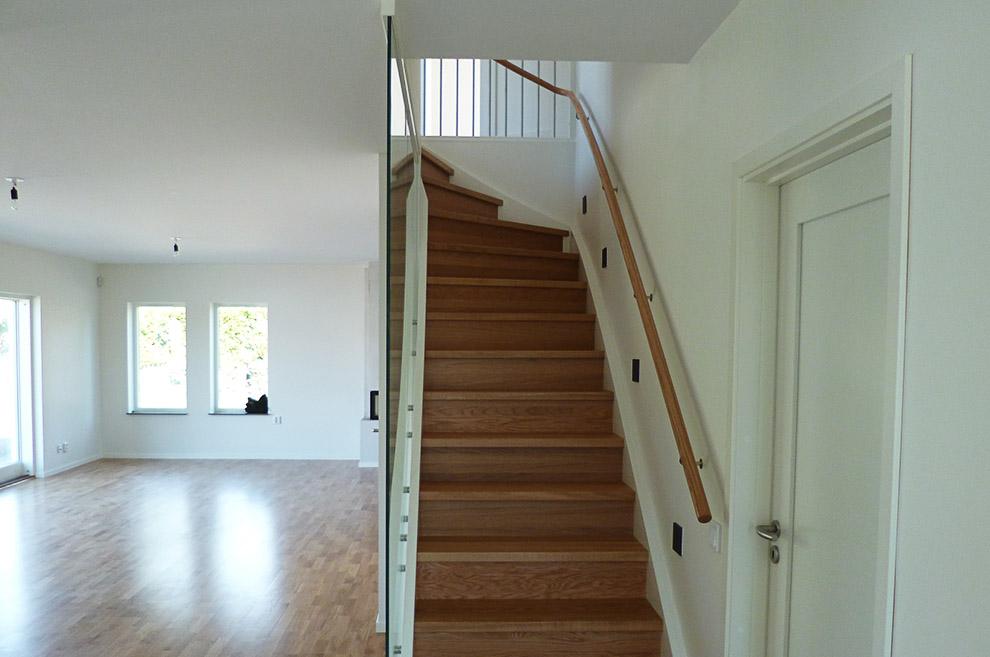 En vit trappa inomhus