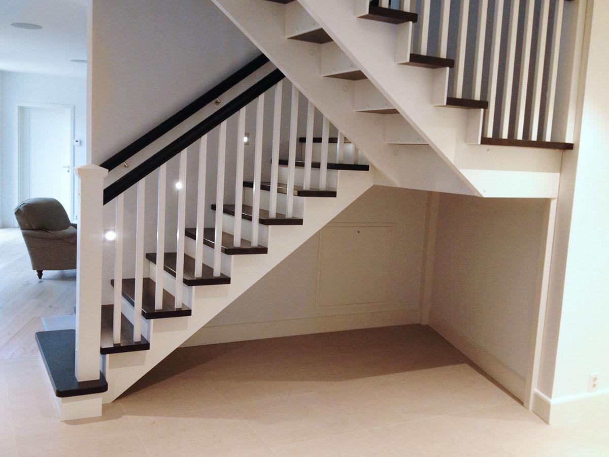 En vit trappa inomhus.